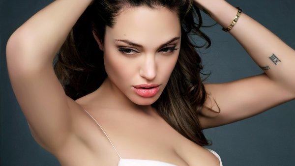 Хирург Анджелины Джоли сообщила, как спастись от рака груди