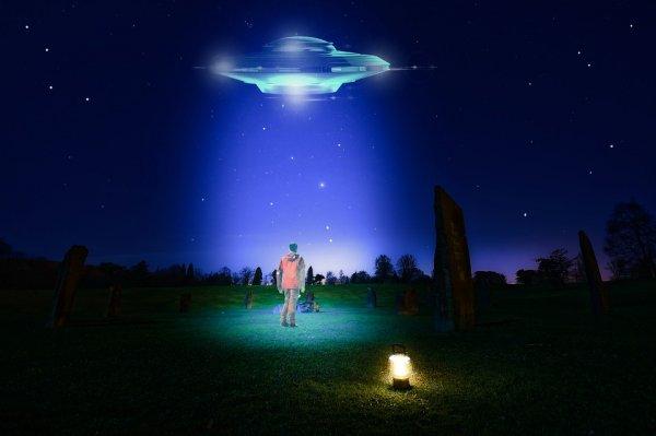 Возле МКС замечен НЛО, меняющий форму