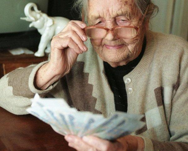 В Минтруде сообщили, что повысят пенсии только неработающим пенсионерам