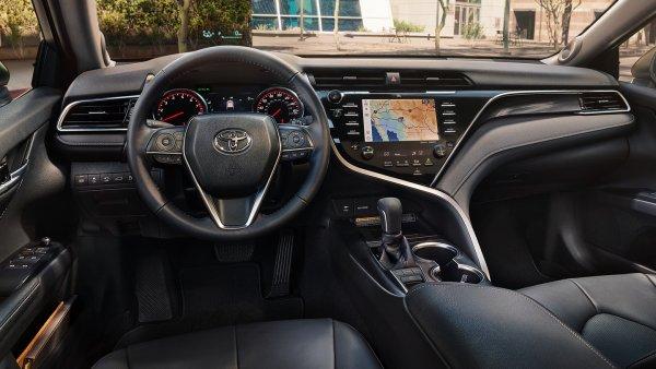 «Сэкономили на материале»: «Косяки» новой Toyota Camry озвучил эксперт