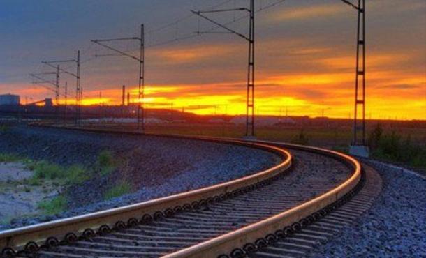 Поезд сбил насмерть пожилую женщину с ребенком