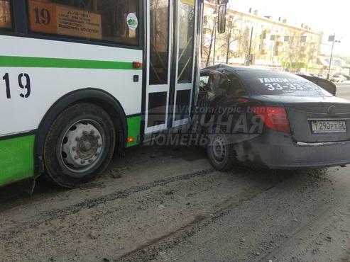 На тюменском перекрестке столкнулись автобус и такси: пострадал человек