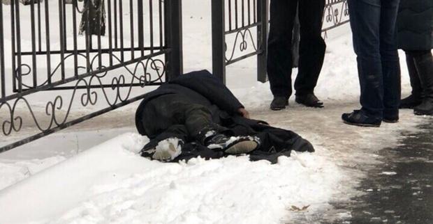 В Тюмени около поликлиники мужчине стало плохо: очевидцы вызвали скорую