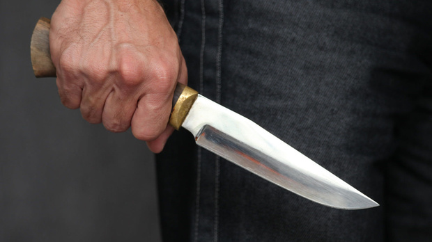 Под Тюменью мужчина едва не убил жену, которая общалась с другом семьи, пока он спал