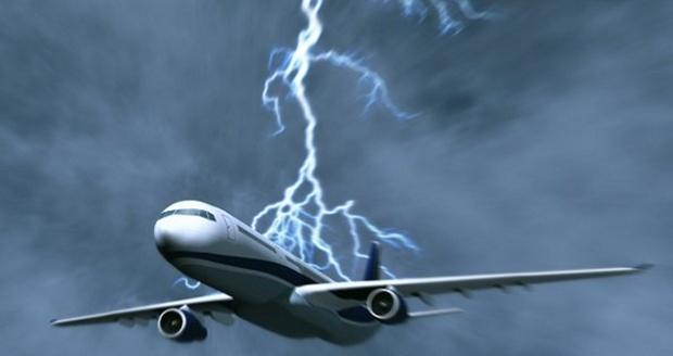 В самолет с российскими туристами ударила молния