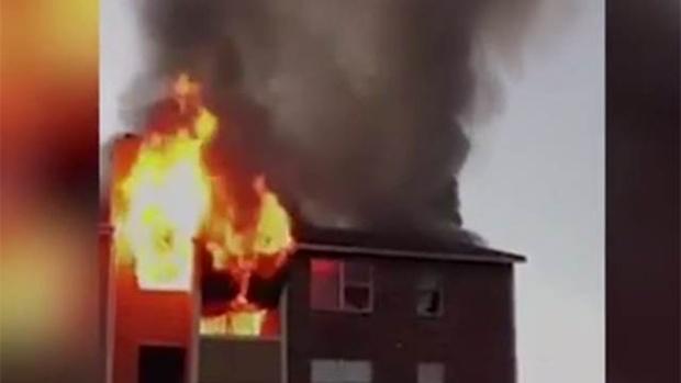 Автолюбитель поймал малыша, выброшенного из горящего дома