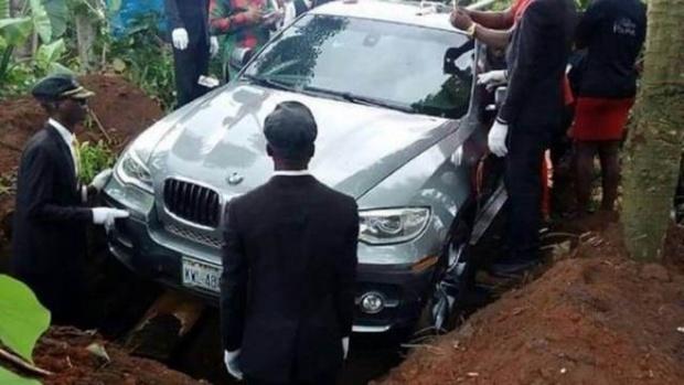 Мужчина выполнил обещание, похоронив отца в новенькой иномарке