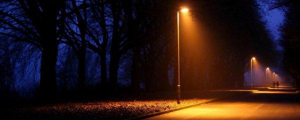 Жители Ростова боятся покалечиться из-за шатающегося фонарного столба