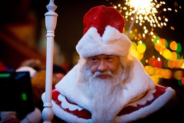 В Улан-Удэ «трешовый» Дед Мороз с детьми «отрывается» под «Медузу»