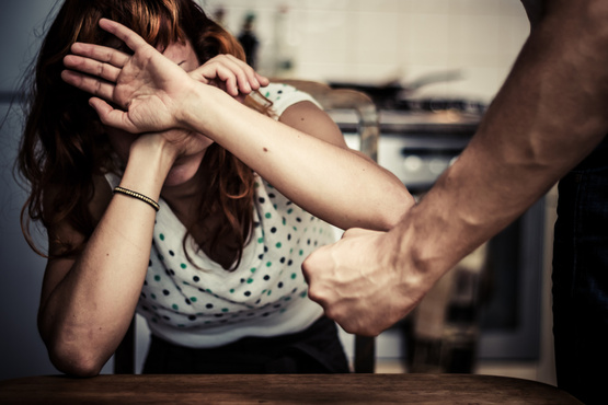 Тюменец сильно избил жену, которая попросила его оплатить поездку на такси
