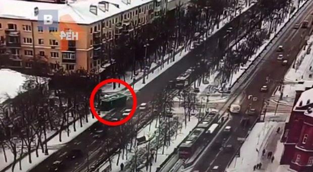 В Екатеринбурге пассажирский автобус врезался в столб: 10 пострадавших