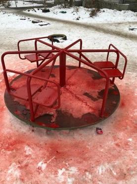 Коммунальщики покрасили снег вместе с детской площадкой