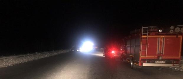 На югорской трассе в столкновении легковушки и большегруза погиб человек