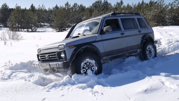 Легенды в снегу: «Ниву» и Toyota Land Cruiser 200 сравнили на бездорожье