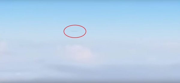 Сигарообразный НЛО преследовал самолет в небе над Канадой