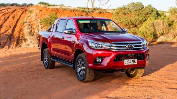 «Нива» против «японской лошадки»: LADA 4X4 и Toyota Hilux сравнили на снежном бездорожье