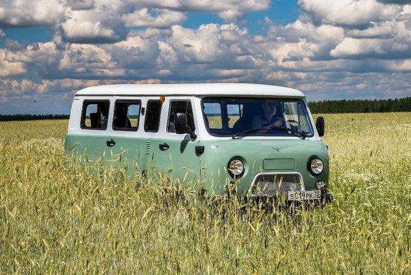 Машина без безопасности: Обзорщик сравнил УАЗ «Буханку» с индийской «повозкой» Bajaj