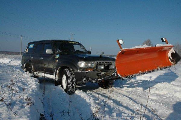 «Не дождался помощи от правительства»: Убирающий снег «Крузак» с отвалом восхитил сеть