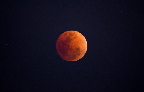 Астрофизик прокомментировал падение метеорита на Луну во время затмения
