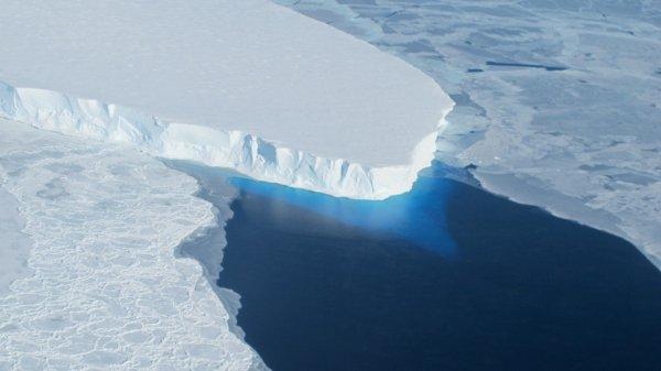 Ученые заметили огромную полость подо льдами Антарктиды