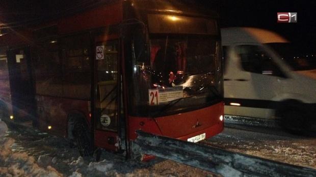 В Сургуте металлический отбойник пронзил автобус: три пострадавших, один из них ребенок