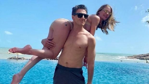Певица Глюкоза показалась на плечах своего мужа