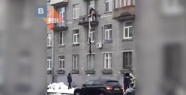 Мужчина с ножом выпал, спускаясь из квартиры по связке из свитеров