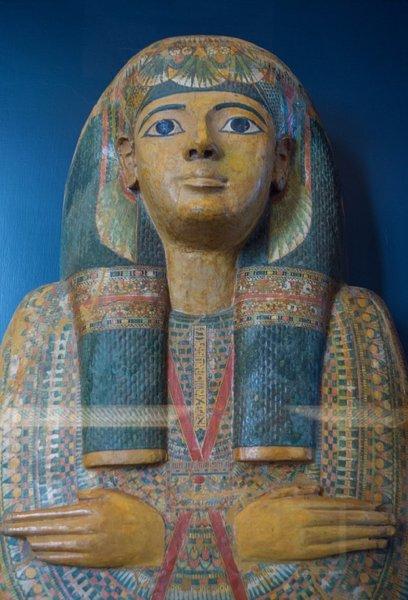 Археологи обнаружили древнеегипетский саркофаг с двумя мумиями