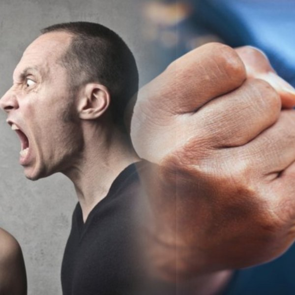 Наглость зашкаливает: Быдло-коммунальщик пустил в ход кулаки в споре с недовольной клиенткой