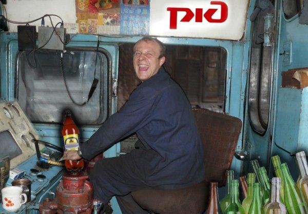 РЖД-туса! Пьяные помощники машиниста устроили вечеринку в задней кабине поезда