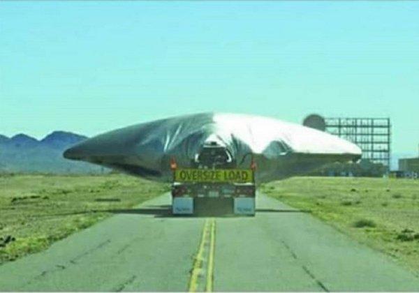 Спецслужбы засветили НЛО: В Зоне 51 очевидцы засняли транспортировку пришельцев