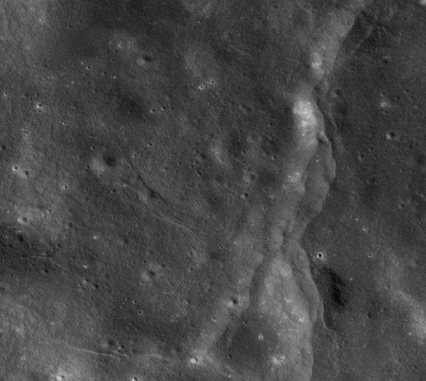 Пришельцы разрушают Луну? Астрономы нашли гигантские разломы на спутнике Земли