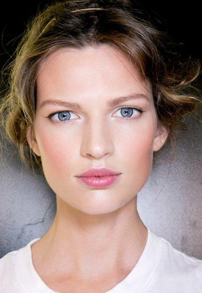 Спасайте ваши лица:  Почему обычный летний макияж вызывает прыщи