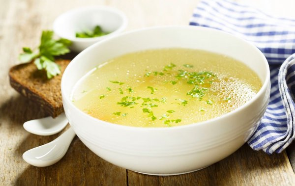 Испортить бульон одной щепоткой. Что запрещено добавлять в любой суп, рассказал шеф-повар